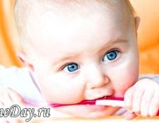 Як навчити дитину їсти ложкою
