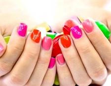 Огляд модного різнобарвного манікюру